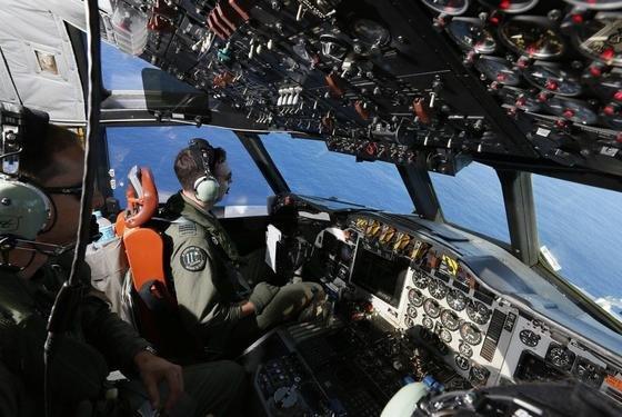 Militärflugzeug der australischen Luftwaffe über dem Indischen Ozean auf der Suche nach Trümmerteilen der vermissten Boeing 777 der Malysia Airways.