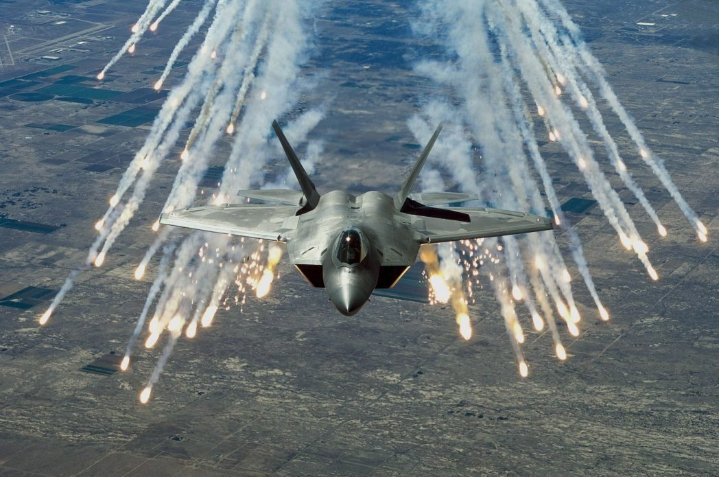 Der Überschall-Jet F-22 Raptor wurde von der US Air Force jetzt erstmals gegen die Terrorgruppe IS im Kampf eingesetzt.Bewaffnet ist der Tarnkappenjet mit Sidewinder-Raketen und präzisionsgelenkten Bomben.
