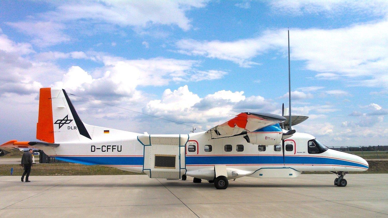 Das DLR-Forschungsflugzeug Dornier Do-22: An Bord ist die F-SAR-Antenne, die Radarmessungen mit unterschiedlichen Wellenlängen durchführt.