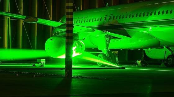 Um die turbulenten Geschwindigkeits- und Dichtschwankungen in der Strömung hinter dem Triebwerk sichtbar zu machen, haben die Wissenschaftler optische Messsysteme, die im wesentlichen mit Spezialkameras und Lasern arbeiten, mit einer Anordnung von Mikrofonen synchronisiert.