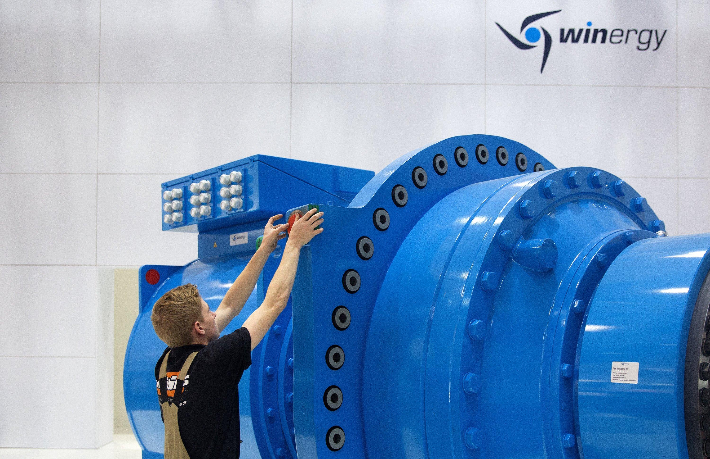 WindEnergy Hamburg: Ein Techniker arbeitet in den Messehallen an einem Getriebe einer Windkraftanlage.