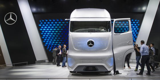 Daimler hat auf der Messe IAA Nutzfahrzeuge in Hannover den Future Truck 2025 von Mercedes-Benz präsentiert. Statt klassischer Scheinwerfer sind blaue LEDs unter der karbonverstärkten Außenhaut verbaut, die bei ausgeschaltetem Motor unsichtbar sind.
