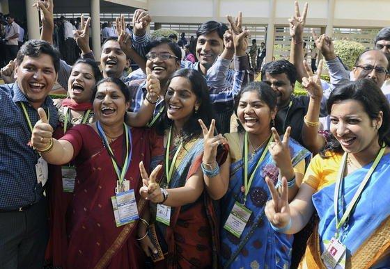 Wissenschaftler und Ingenieure der indischen Weltraumforschungsorganisation ISRO feiern am Mittwoch, 24. September, den erfolgreichen Eintritt ihrer Sonde Mangalyaan in die Marsumlaufbahn.