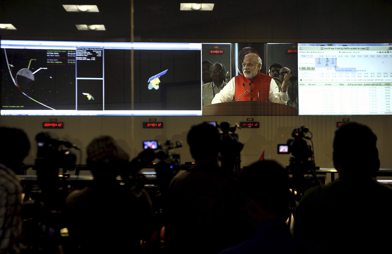 Indiens Premierminister Narendra Modi gratuliert den ISRO-Mitarbeitern zum Erfolg der Marsmission.