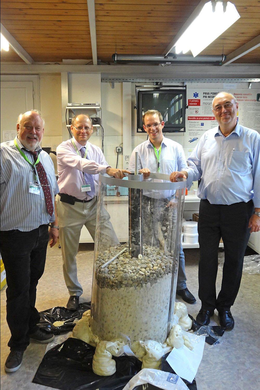 Demonstrierten das Sanierungsverfahren im Modell: Prof. Dr. Frank Otto, Daniel Synnatzschke, Prof. Dr. Joze Kortnik (Universität Ljubljana) und Jürgen Kanitz (v.r.).