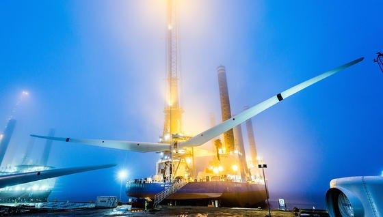 Installation einer Windenergieanlage auf See.