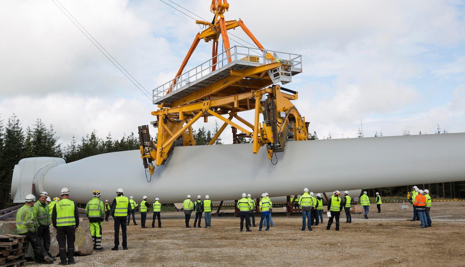 Das Spezialwerkzeug von Siemens arbeitet vollautomatisch. 75 Meter lange Flügel von Windanlagen werden damit gepackt und fixiert.