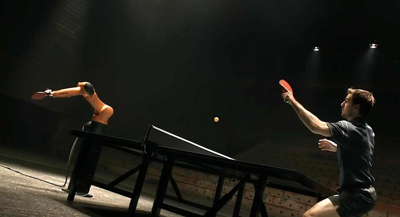 Timo Boll spielte in einem Showmatch sogar schon gegen einen Roboter des Herstellers Kuka – allerdings noch mit einem klassischen Ball aus Zelluloid.