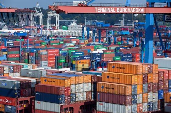 Container-Terminal im Hamburger Hafen: Das Ifo-Institut rechnet damit, dass die Arbeitslosigkeit als Folge der Arbeitsmarktreformen der Großen Koalition wieder steigen wird Richtung 10 Prozent.