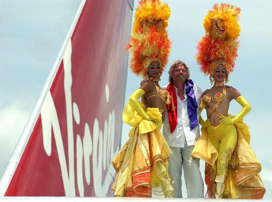 Milliardär Sir Richard Branson ist Gründer des kunterbunten Mischkonzerns: Die Virgin Group umfasst mehrere Airlines, eine Eisenbahngesellschaft, eine Fitnessstudio-Kette, eine Weinhandlung und das Raumfahrtunternehmen Virgin Galactic.