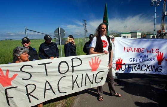 Demonstration gegen Fracking in Saal in Mecklenburg-Vorpommern: Der RegierungsgutachterUwe Dannwolf hält Fracking nicht für gefährlicher als die normal Öl- und Gasförderung in Deutschland. Die Technologie sei beherrschbar.