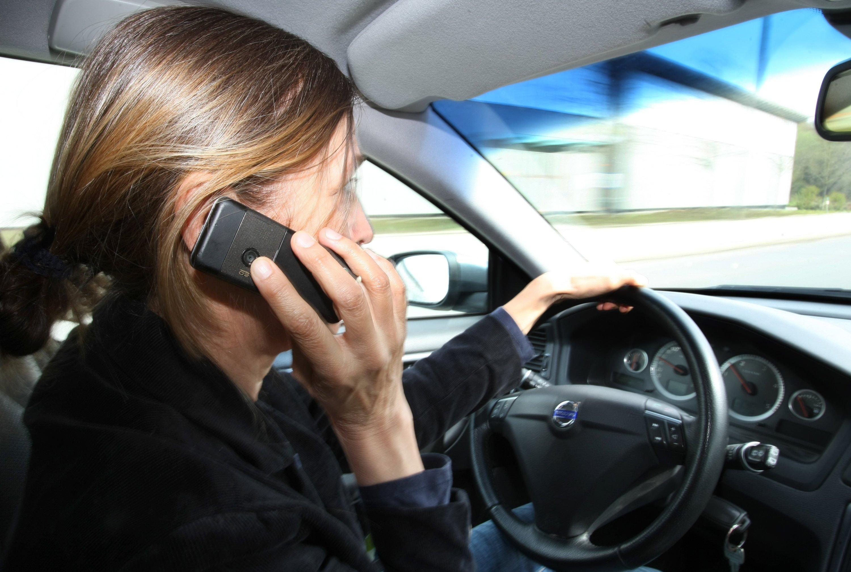 Telefonieren am Steuer ist ohne Freisprechanlage verboten – und für die Polizei mit bloßem Auge zu erkennen. SMS-Schreiben mit dem Handy auf dem Schoß ist für die Beamten allerdings ein Problem. Das soll die Radarpistole anhand der Funkfrequenz erkennen.