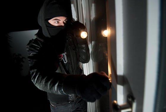 Die elektronische Türschwelle soll das Aufbrechen von Türen schwerer machen. Während Einbrecher hebeln und werkeln, ruft die Alternative zum Türschloss auch gleich die Polizei.