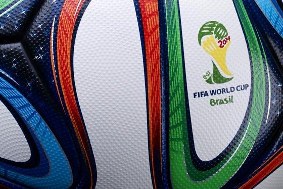 DerWM-Ball Brazuca von Adidas ist der meist getestete WM-Ball aller Zeiten. 600 Fußballer haben den Ball gespielt. Das Oberflächenmaterial des Balls hat der Chemiekonzern Bayer entwickelt.