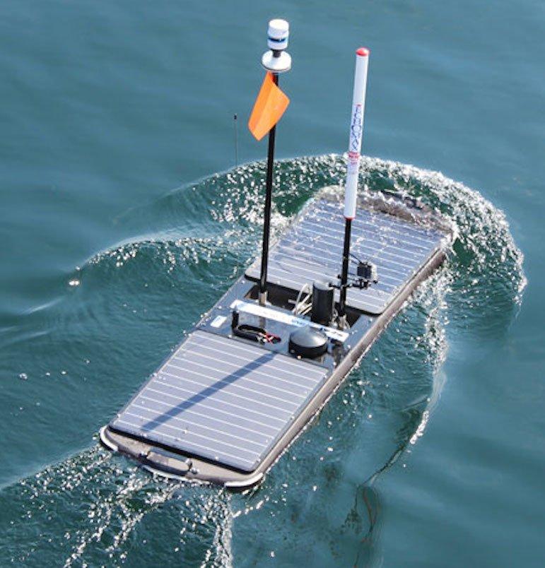 Per Satellit kann der Wave-Glider von Land aus gesteuert werden. Die Messsensoren sammeln Daten direkt an der Grenzfläche zwischen Luft und Wasseroberfläche.