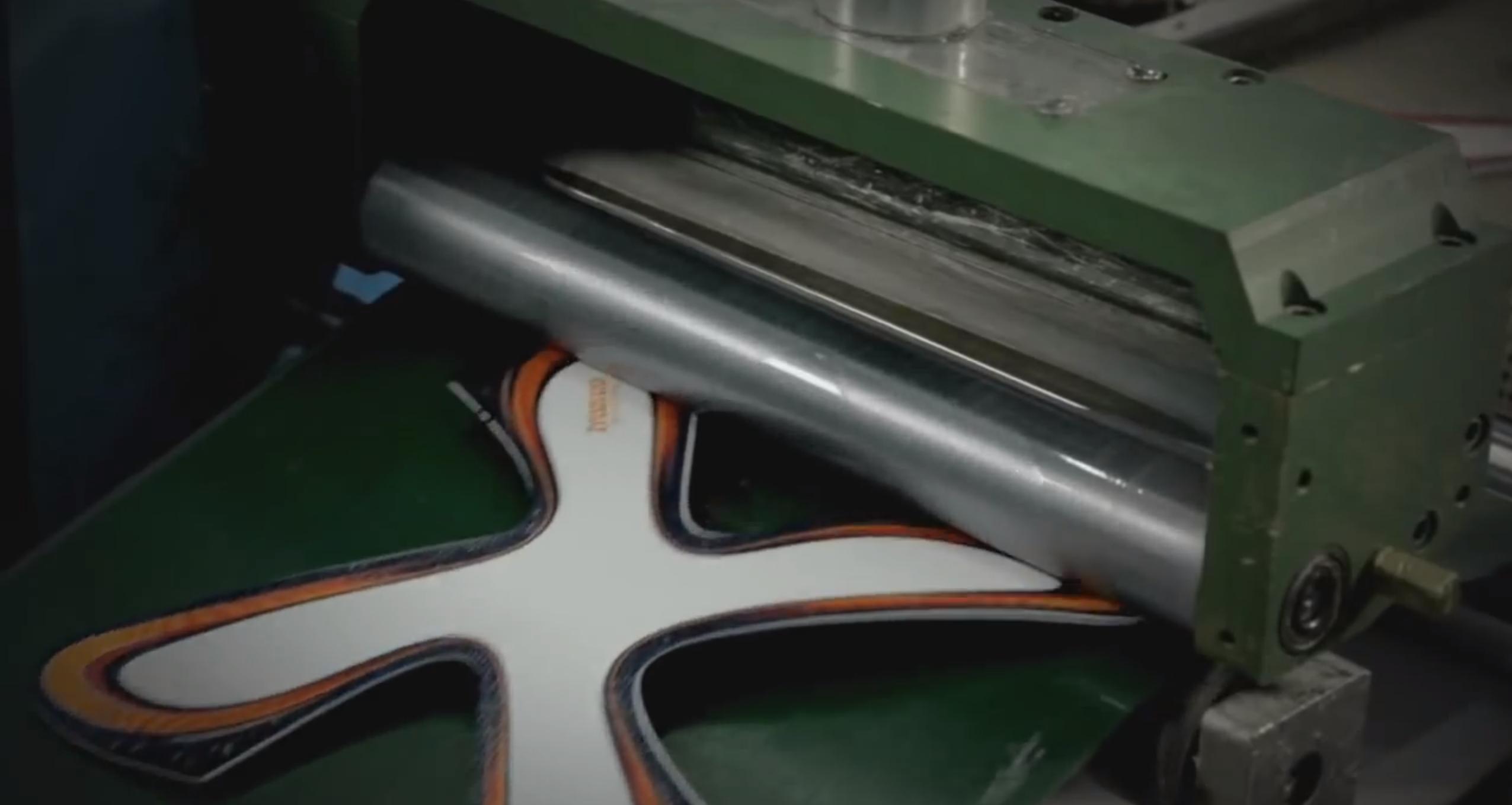 Nach der Produktion der einzelnen Panels der Oberfläche werden sie vor dem Zusammensetzen bedruckt.