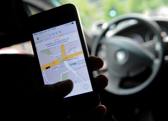 Besonders UberPop erzürnt die Taxibranche: Die App macht Privatpersonen zu Taxifahrern. In Berlin ist sie aus Sicherheitsgründen verboten. Jetzt hat Uber angeboten, auch offizielle Taxifahrten vermitteln zu wollen.