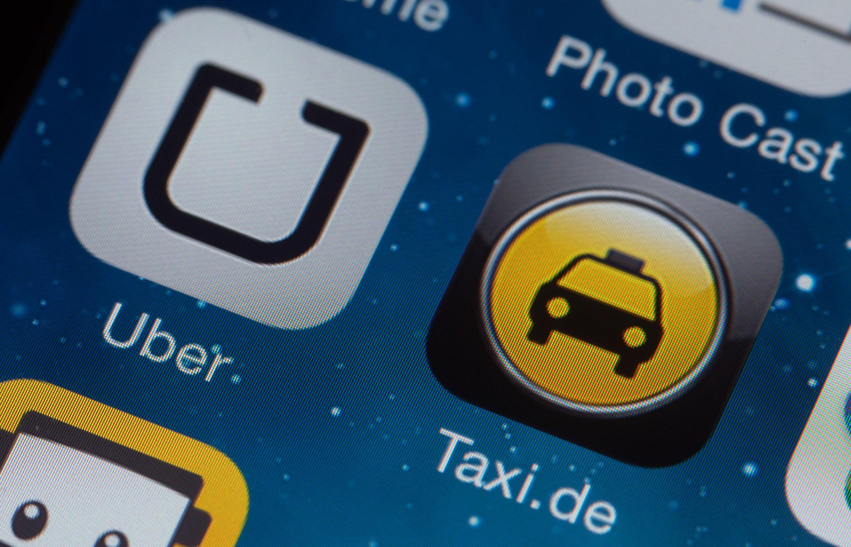 Nach UberPop und UberBlack kommt nun auch UberTaxi: Fahrgäste können mit der App ein Taxi rufen und bezahlen, Taxifahrer angeblich ihre Standzeiten reduzieren.
