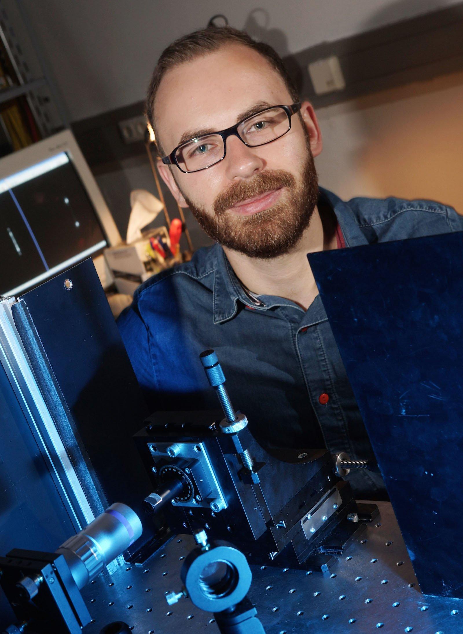 Doktorand Robert Röder im Labor in Jena: Schneller schaltet kein anderer Laser.