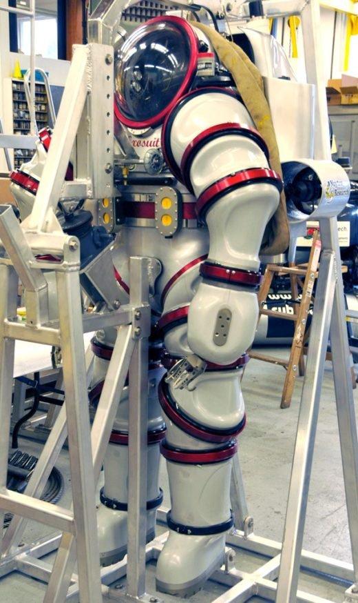 Der 240 Kilogramm schwere Tauchanzug besteht aus einer robusten Aluminiumlegierung. Maximale Tauchtiefe: 300 Meter. Mit horizontalen und vertikalen Düsen steuert Foley den Anzug. Er kann maximal 50 Stunden lang tauchen.