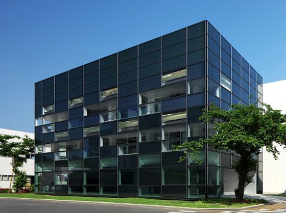 Bürogebäude des japanischen Baukonzerns Taiseiin Yokohama: Die Solarmodule sind besondersleicht, dünn und biegsam, dafür aber auch weniger effizient. Dennoch decken sie bereits 75 Prozent des Strombedarfs des gesamten Gebäudes.