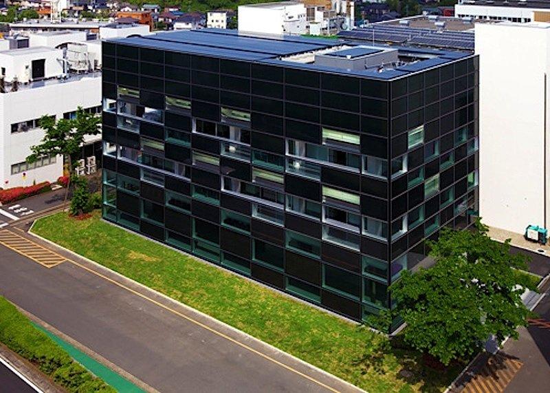 Bürogebäude des Bauunternehmens Taisei: Auch die Dachflächen sind mit Solarmodulen bedeckt, um die Stromerzeugung zu erhöhen.