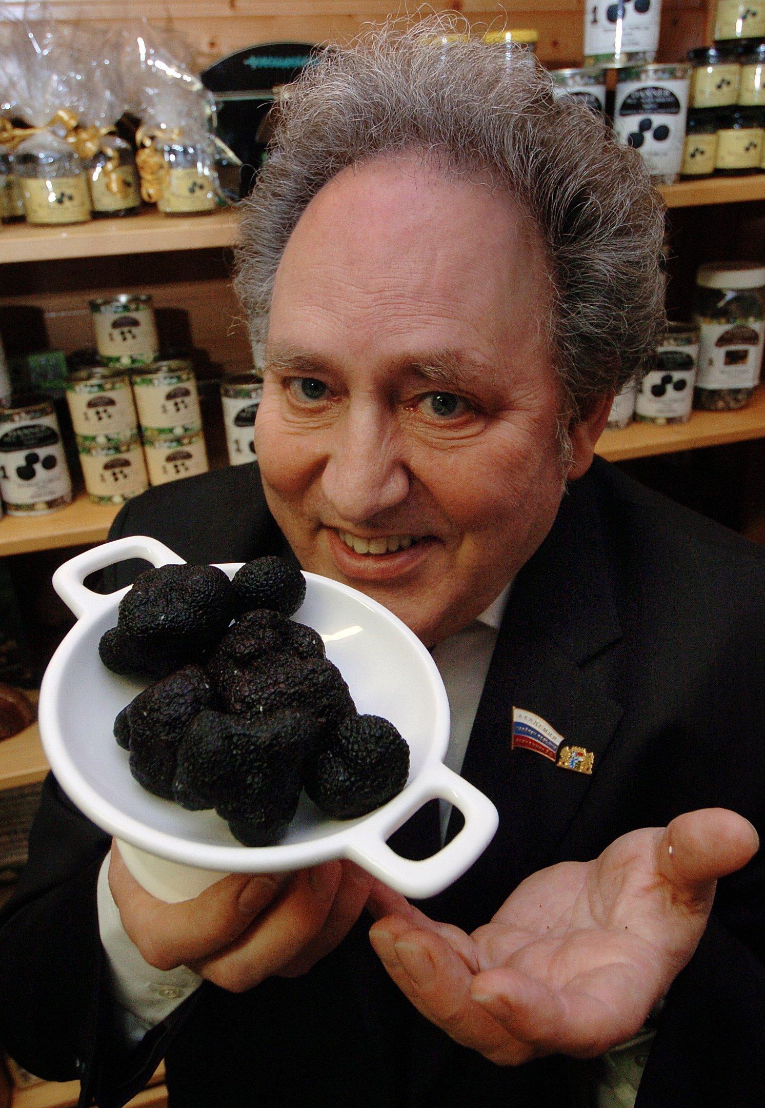 Auch schwarze Trüffel gehören zu den Stars der Edelpilze: Der schwarze Trüffel aus dem südfranzösischen Périgord kostet rund 2000 Euro pro Kilo.