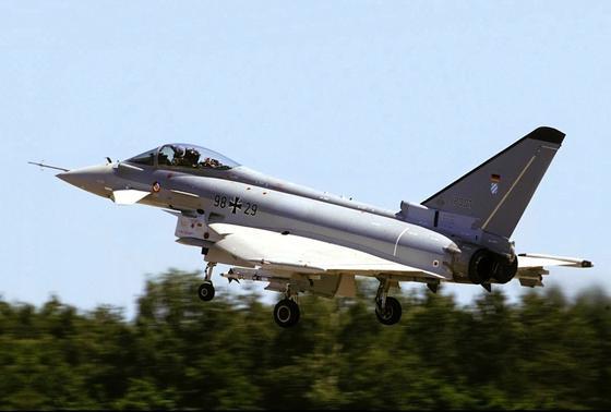 Ein Eurofighter der Bundeswehr:Die Zahl der zulässigen Flugstunden ist jetzt halbiert worden.