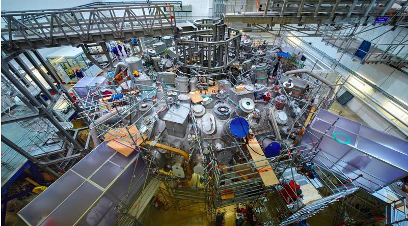 Blick in die Experimenthalle: Die Hauptmontage ist abgeschlossen. Bereits 2015 wollen die Wissenschaftler erstes Wasserstoffplasma erzeugen.