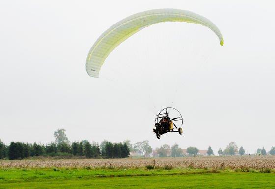Drei Räder, zwei Sitze, ein Propeller und dazu noch ein Gleitschirm:Die Firma Fresh Breeze entwickelt ein Flugauto mit Straßenzulassung. Einen Probeflug absolvierte Entwickler Michael Werner am 30. September 2014.