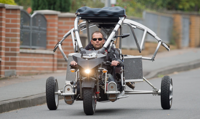 Michael Werner von der Firma Fresh Breeze fährt mit dem Prototypen seines Flugautos über eine Straße bei Bissendorf in der Region Hannover. Zu seinen Zielmärkten zählen Südafrika und die Vereinigten Arabischen Emirate.