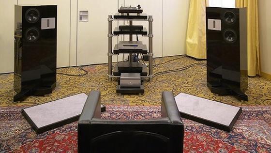 Der Showroom des Unternehmens Langerton:Hoch-, Mittel- und Tieftoneinheit der Lautsprecher sind mechanisch voll entkoppelt und gegeneinander verschiebbar. Das ermöglicht eine bisher unerreichte Phasenhomogenität und besonders guten Klang.