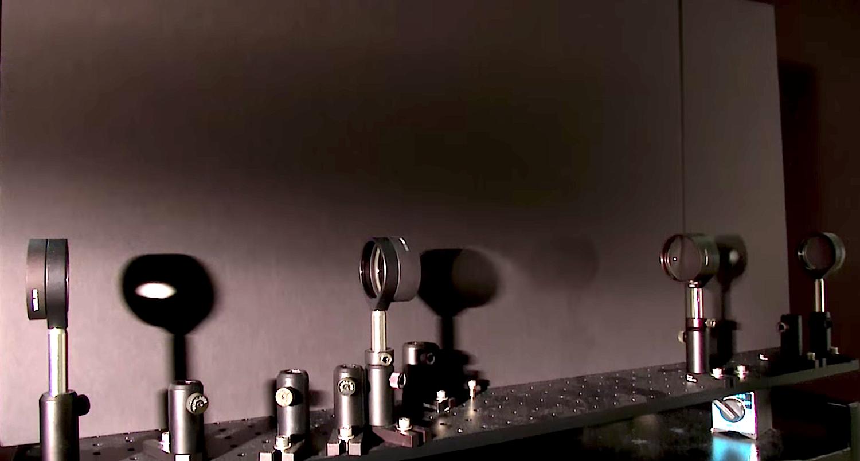 Die vier optischen Linsen müssen einegenau aufeinander abgestimmte Brennweite und einen bestimmten Abstand voneinander haben. Dann werden Objekte unsichtbar.
