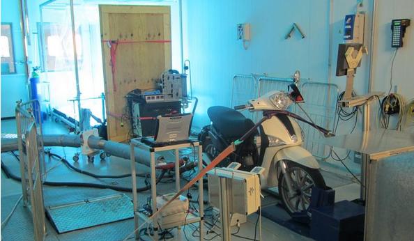 Ein Zweitakt-Moped bei den Smogkammerversuchen im Labor des Paul Scherrer Instituts.Professor André Prevot betont,dass das Warten hinter einem Zweitakt-Moped vor einer roten Ampel ein erhebliches Gesundheitsrisiko darstelle.