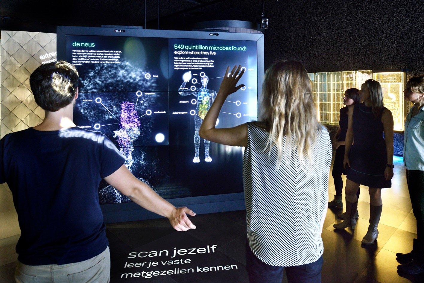 Beim Körperscan können die Besucher die eigenen Mikroben auf der Haut entdecken. Dazu hat dasdeutsche Design-Studio Art+Com ein 3-D-Fernglas an die Linsen eines Mikroskops gekoppelt.