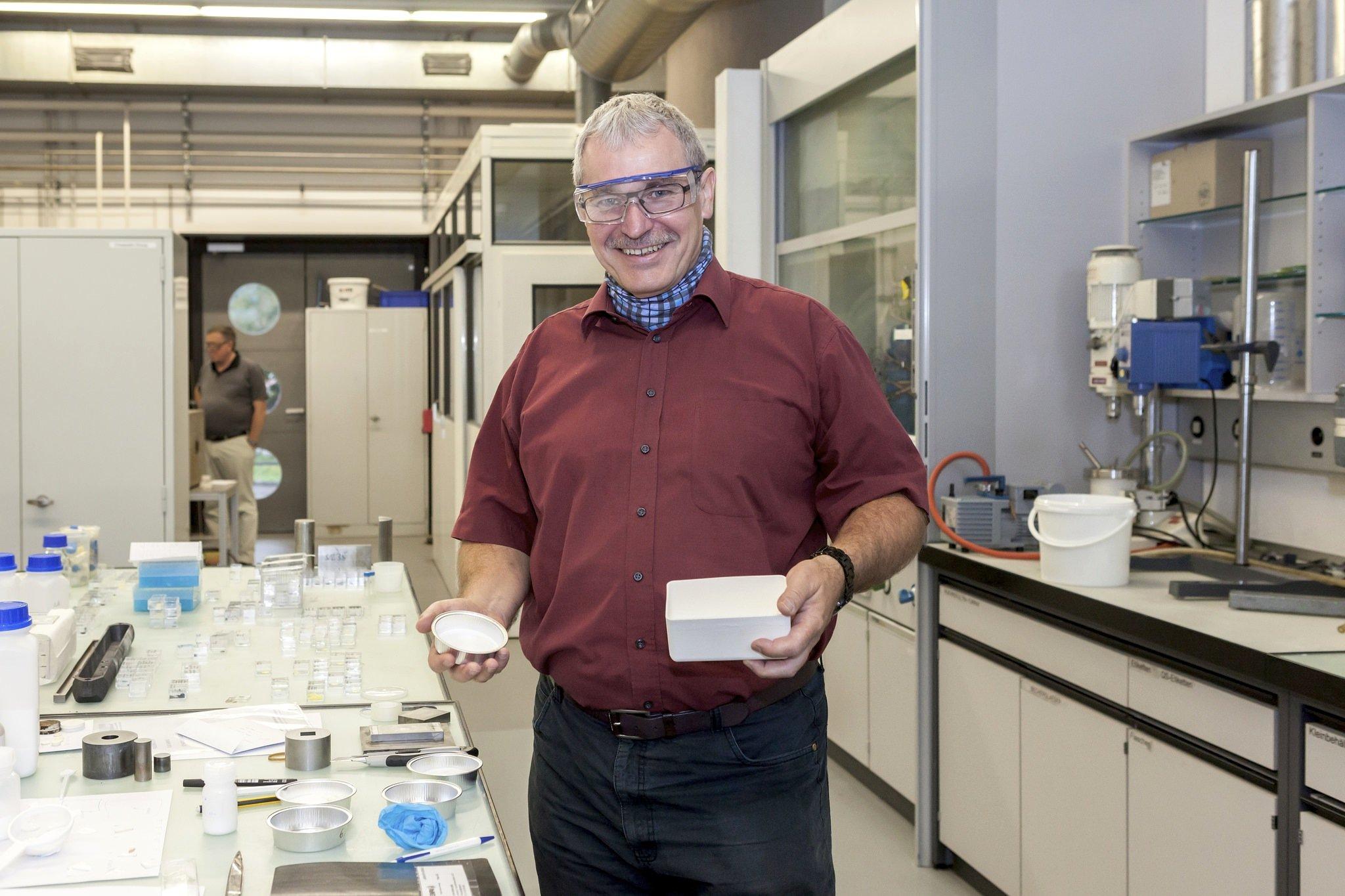Empa-Keramikforscher Jakob Kübler entwickelt in seinem Labor eine Keramikbeschichtung für Bremsscheiben aus Aluminium.