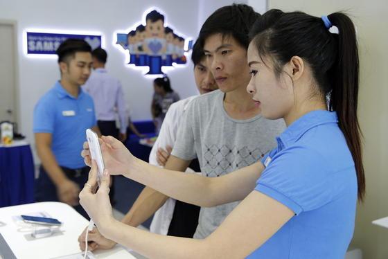 Samsung-Shop in Hanoi in Vietnam:Samsungs Smartphone-Sparte verliert derzeit Marktanteile an Billiganbieter aus China. Eine Fokussierung auf Prozessoren könnte den sinkenden Konzerngewinn aufhalten.