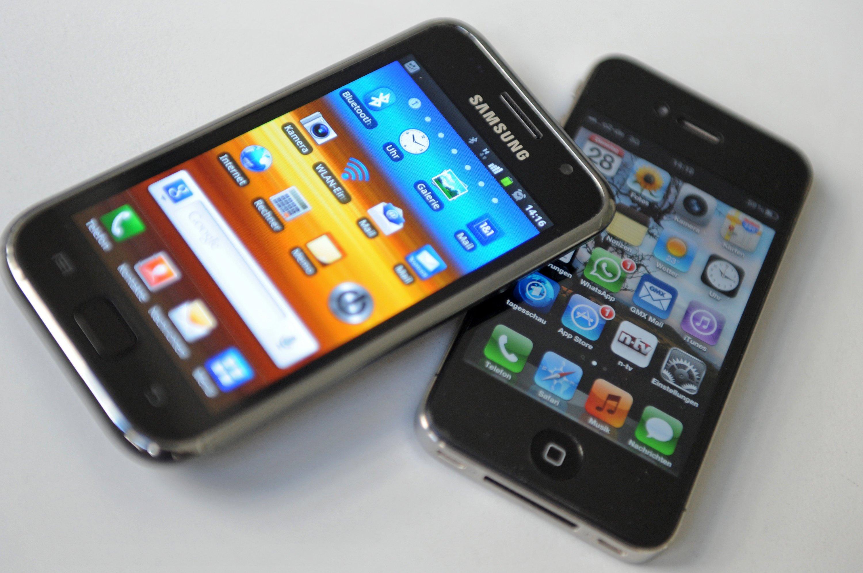 Smartphones von Samsung und Apple: Samsung will für 11,6 Milliarden Euro eine neue Chip-Fabrik in Korea bauen.Offiziell verrät Samsung noch nicht, was die neue Fabrik herstellt. Doch die Vermutung liegt nahe, dass es sich um besonders leistungsstarke Prozessoren für Apple handelt.