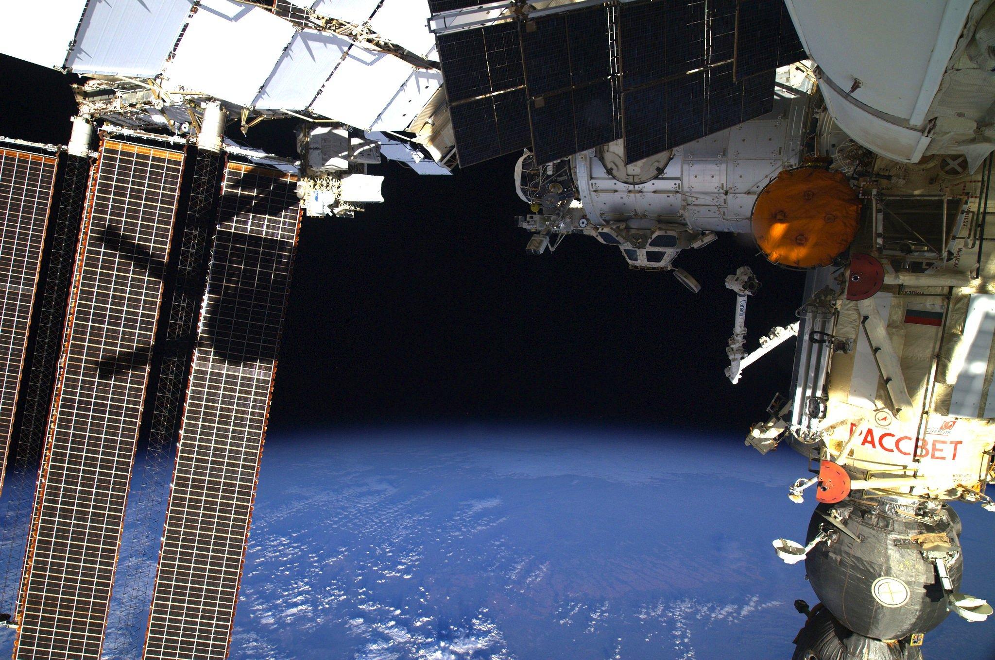 Der deutsche Astronaut Alexander Gerst und sein US-KollegeReid Wiseman werden einPumpenmodul reparieren. Der Außeneinsatz am Dienstag wird rund sieben Stunden dauern und wird live von NASA und DLR übertragen.