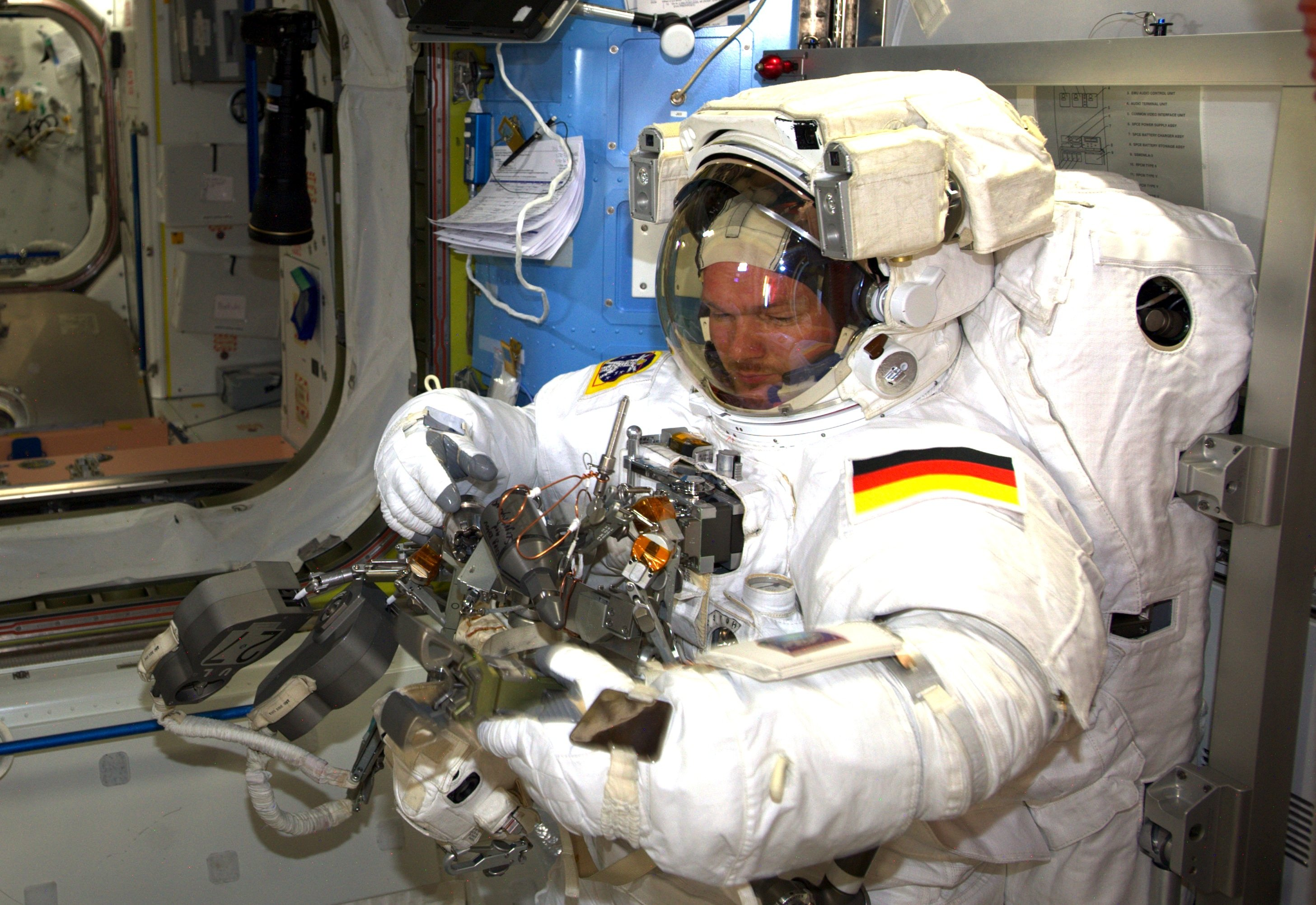 Alexander Gerst mit dem Werkzeug, das er für den Außeneinsatz benötigt.