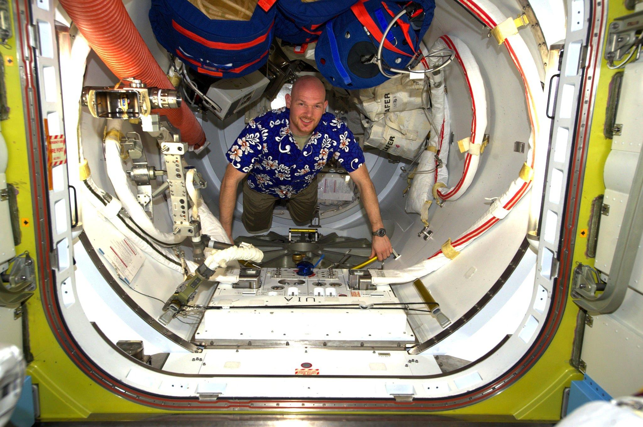 Immer zu einem Spaß aufgelegt: Der deutscheAstronaut Alexander Gerst im Hawai-Hemd auf der ISS.