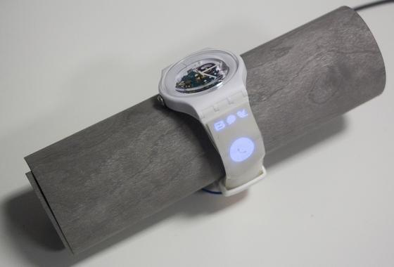 Die hauchdünnen Bildschirme können auf unterschiedliche Materialien – wie etwa hier ein Uhrarmband – gedruckt werden.