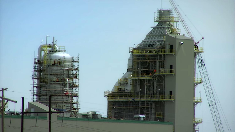 Die Anlage pumpt das CO2 zu nahe gelegenen Ölfeldern. Dort wird es in Bohrlöcher gepresst, um Öl an die Oberfläche zu treiben.