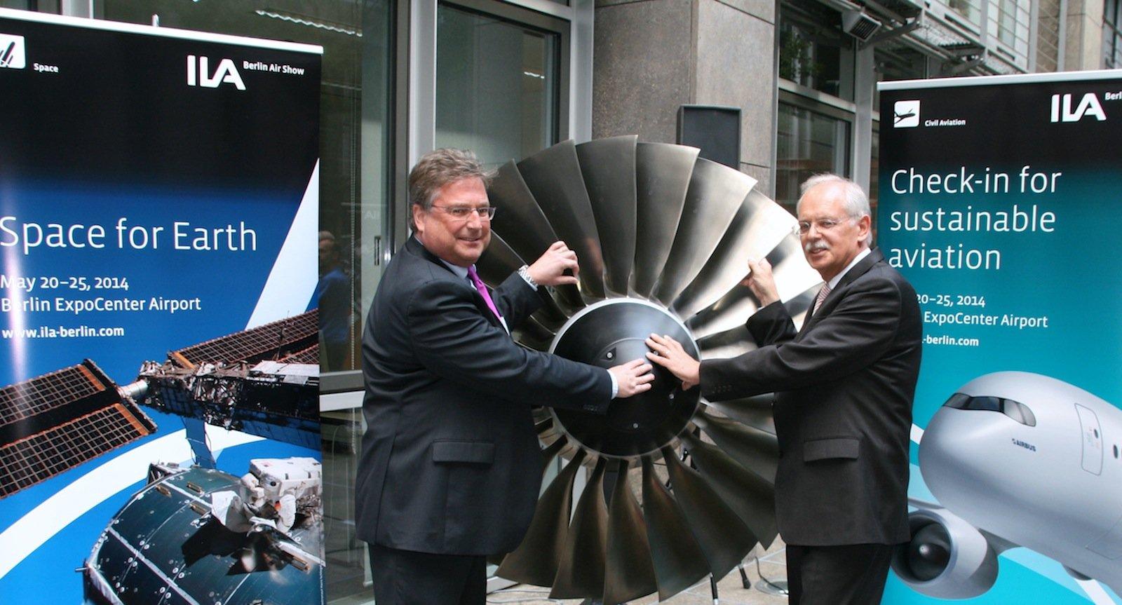 Bringen mächtig Schubkraft für die ILA 2014: Stefan Grave, ILA-Direktor der Messe Berlin GmbH (li.), und Dietmar Schrick, Hauptgeschäftsführer des Bundesverbandes der Deutschen Luft- und Raumfahrtindustrie (BDLI).