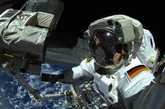 Schwerelos im All: Der deutsche Astronaut Alexander Gerst bei seinem ersten Weltraumspaziergang.
