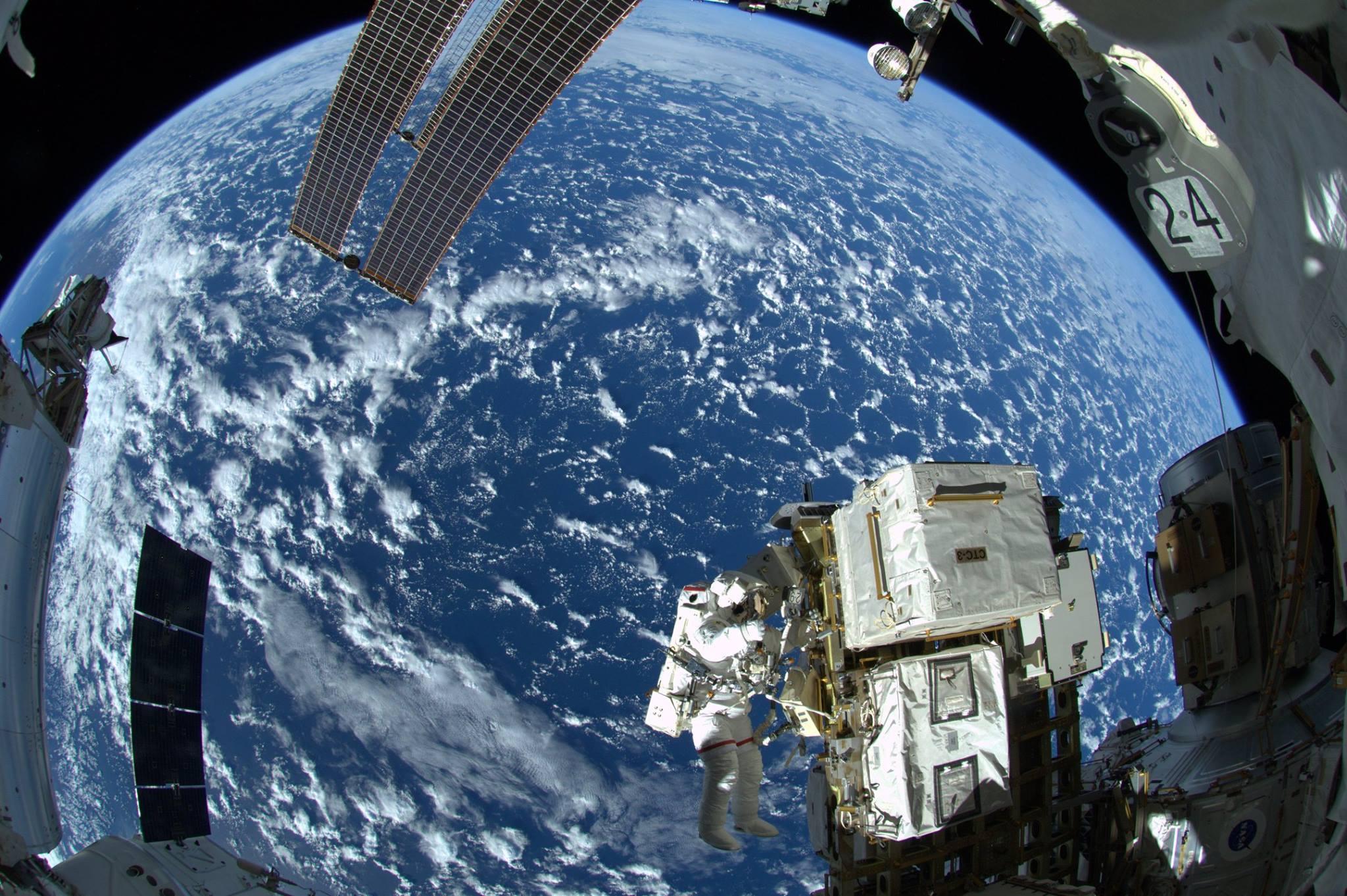 Zunächst sprachlos vom Weltraumspaziergang postete Alexander Gerst dieses Foto, auf dem sein Kollege ReidWiseman, Teile der Raumstation und die Erde zu sehen sind.