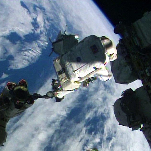 400 Kilometer Nichts unter den Füßen und eine Raumstation neben sich, diemit rund 28.800 Kilometern pro Stunde dahinrast: Alexander Gerst erlebt das Abenteuer seines Lebens.