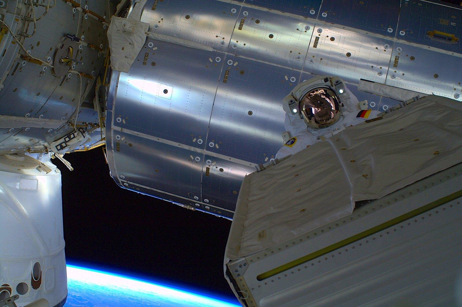 Von wegen Spaziergang: Für Alexander Gerst gab es einiges zu tun. An der Raumstation mussten dringend notwendige Montagearbeiten erledigt werden.