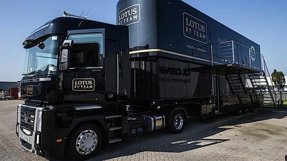 In diesem luftgefederten Dreiachser haben Ingenieure jahrelang das F1-Team von Lotus begleitet. Jetzt steht der Race Trailer für 190.000 Euro zum Verkauf.