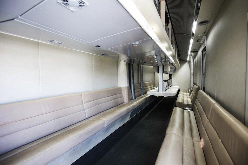 Das Büro im Obergeschoss bietet 20 Ingenieuren Platz. Integriert ist auch ein Kommandoplatz mit mehreren Monitoren.